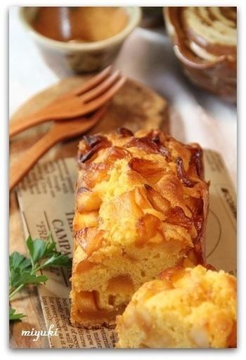 りんごがたっぷり2個も入ったパウンドケーキ。キャラメルソースをからめたりんごは甘いので、生地のお砂糖は少なめにするのがポイントです。