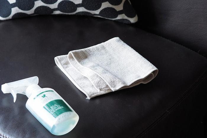 どうしても布で拭くだけでは落ちないマジックペンなどの汚れには、中性洗剤を使ってみましょう。布張りソファと同様に、洗剤は薄めてください。洗剤を残さないように水拭きしたあと、仕上げに必ず乾拭きを! 吸収性が高く汚れをサッと取り除いてくれるマイクロファイバーのクロスを使うと便利ですよ。