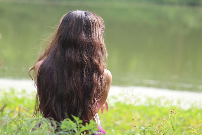 くせ毛の人は、「うねる」「広がる」などのお悩みが多いのではないでしょうか。そんなお悩みを解決&カバーするヘアスタイルやアレンジ方法をご紹介します。