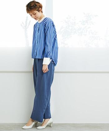 ビッグサイズのカフスデザインが華やかな印象のストライプシャツに、ネイビーパンツを合わせたスタイリング。襟や手首のワンポイントになっている白を足元にもプラスすれば、カジュアルなのに清楚な雰囲気がアピールできます。