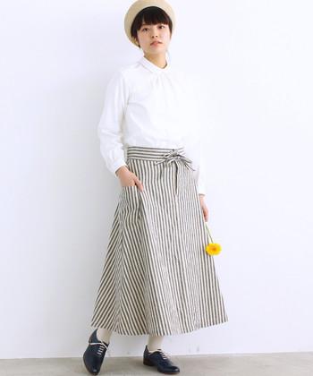 エプロンの様なデザインがナチュラルな、リネン素材のストライプスカート。白シャツを合わせて清楚な印象に着こなしています。ナチュラルテイストが強いアイテムなので、ジャケットなどを合わせて遊び心のあるセットアップ風コーデを楽しむのもおすすめです。