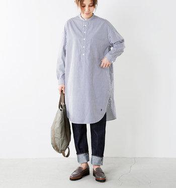 ストライプのシャツワンピースは、カジュアルなデニムと合わせてもきちんと感が出せる一枚。小物や羽織を変えるだけで、オンにもオフにも使える優秀アイテムです。