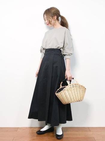 コットン素材のとっても上品なコーディネート。白いソックスとバレエシューズがぴったりフィット。絶妙なスカート丈にも見事に対応してくれています。