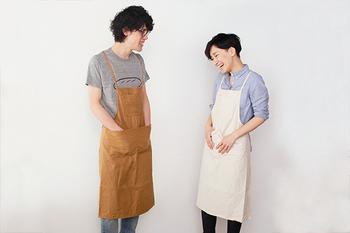 岡山県で帆布や革などの素材をメインにして、ものづくりを行っているブランド「UTO(ユート)」。こちらのワークエプロンは、裁断から縫製、金具付けまでを作り手ひとりの手作業にこだわって作られています。使い勝手が良いのも大きな魅力ですが、シンプルさ故の洗練されたデザインも◎ どんな場所にも馴染んでくれるナチュラルなエプロンです。