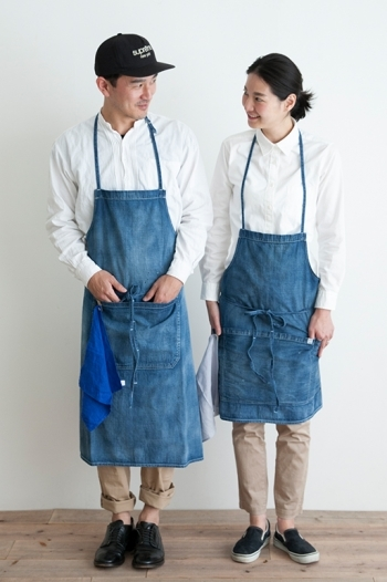 エプロンやワークウエアを中心に、家事や子育てに忙しい女性に向けて展開されているキッチンブランド「Simply(シンプリー)」。個性豊かなオリジナルエプロンが揃っており、ユニセックスで使えるデザインも多数取り揃えています。こちらの使い込むほどヴィンテージな風合いが深まるデニムエプロンは、日々の家事タイムをさりげなく彩ってくれそうですね。