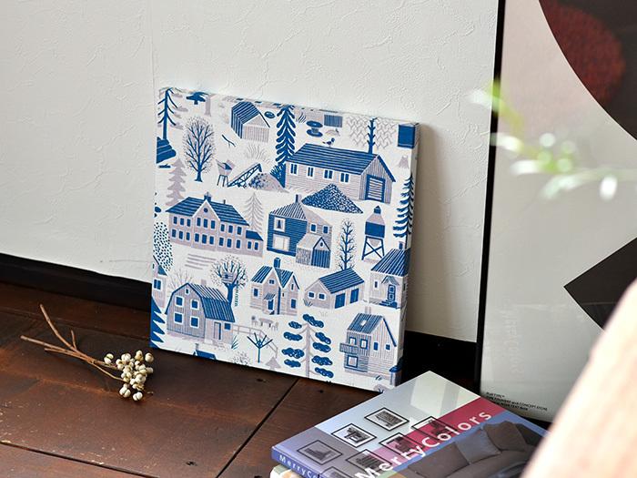 壁に飾っても、床やチェストの上に置いてもおしゃれなファブリックパネル。同デザインの色違いパネルを、並べて飾っても画になる空間ができあがりそうです。