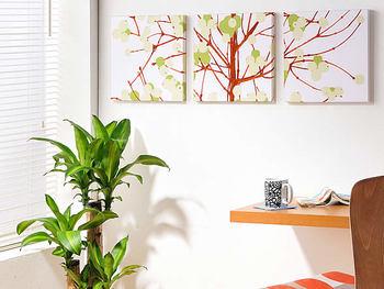 壁に三枚並んでいるパネルは、繋げると一つのデザインになるように作られたもの。人気北欧ブランドの「marimekko(マリメッコ)」の布地である「LUMIMARJA(ルミマルヤ)」を使った、存在感のあるファブリックパネルです。