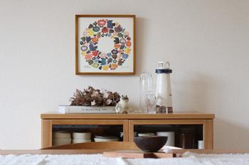 色鮮やかな水彩画のポスターは、大阪を拠点に活動している陶芸作家「BIRDS'WORDS(バーズワーズ)」の伊藤利江さんが手がけたもの。鳥やお花などの、伊藤さんが普段陶芸作品として制作しているモチーフが、リース型に散りばめられています。正方形のサイズ感も、ちょっとしたところに置けて扱いやすいですよね。
