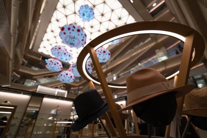 「GINZA SIX」は、2017年4月にオープンした銀座最大級の商業施設。ファッション・アート・フード・ライフスタイルなど、241店舗ものショップがラインナップ。ここだけで1日楽しめてしまう魅力的なスポット。  東京メトロ各線「銀座駅」から徒歩2分という立地の良さも、銀ブラのスタート地点に相応しい◎ さまざまな場所に、人気アーティストとのコラボレーション作品が飾られ、美術館に来たような気分を味わえます。