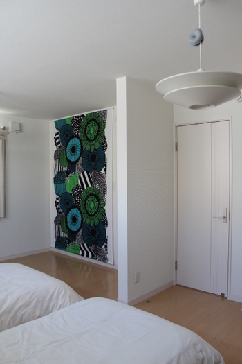 シンプルな壁の一面に鮮やかなデザインやおしゃれさをプラスしたい時には、タペストリーを飾るのがおすすめです。お好みの布で作るのも難しくはありませんし、部屋の雰囲気を簡単にガラリと変えられるのが魅力ですね。
