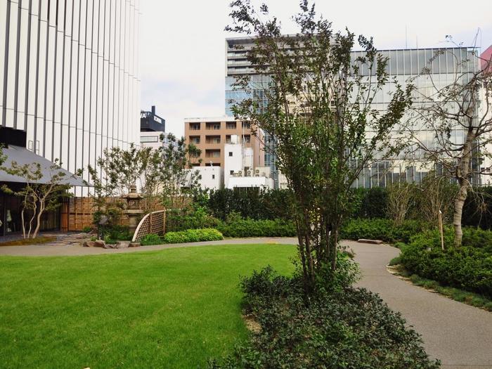 屋上には、チケットがなくても散策できる庭園があります。 さほど広くはない庭園ですが、緑に囲まれたベンチに腰掛けてのんびりできる貴重な空間です。何より、歌舞伎座でひと休みという特別な気分が味わえます。
