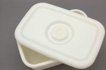 琺瑯は、鉄、アルミなどの金属材質のものにガラス質の釉薬を高温で焼き付けて作ったもののことです。表面はガラス質なので雑菌の繁殖を防いでくれるだけでなく、食材の風味を変化させない・におい移りしにくい、といった特徴を持っています。