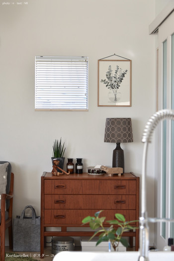 緑やお花をモチーフにしたポスターやフレームを壁に飾れば、それだけでお部屋が明るくなって、毎日の暮らしが少し豊かになるのを感じられるはずですよ。