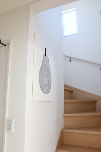 階段の上り口にさりげなく飾られた、ファブリックパネル。こちらは手作りのパネルなのですが、発泡スチロールの板にティータオルをテープで留めただけという簡単さには驚きですよね。好みのタオルや布で手軽に作れるのも、ファブリックパネルの魅力だと言えるでしょう。