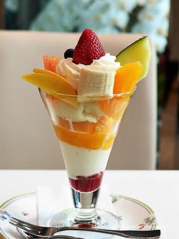 新鮮な果実が満載の銀座パフェは、バニラビーンズたっぷりのクリーミーなアイスクリームやふんわり生クリームとフルーツとのバランスが完璧◎
