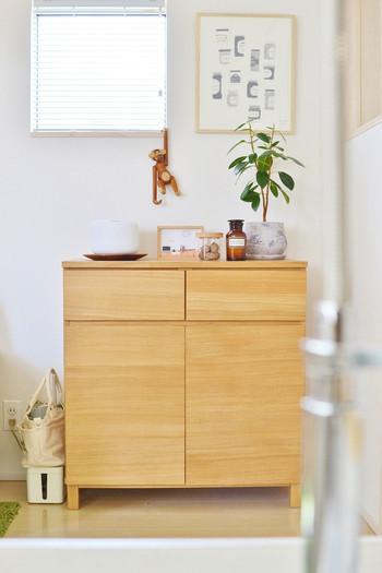 お部屋の中にあるシンプルで真っ白な壁が、少し寂しいなと感じることってありますよね。そんな時にはポスターやファブリックパネルなどの、飾るだけで華やかな空間を作れるウォールアイテムを飾ってみましょう。 シンプルなスペースも簡単&素敵に仕上がる、おすすめアイテムをご紹介します。