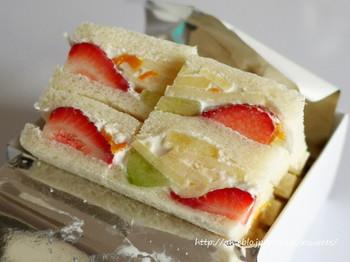 ちょっと小腹を満たしたい時には、フルーツサンドもおすすめです。 生クリームとフルーツがサンドされたシンプルなサンドイッチですが、新鮮果実とクリーム、パンの絶妙なハーモニーが、止まらなくなる美味しさです。