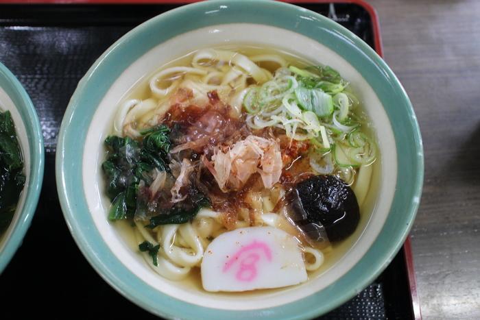 熱田神宮内で食べられる「宮きしめん」。熱田神宮を訪れた時は必ず食べるという人も多いです。控えめな風味のダシ汁と、コシのある幅広の麺が絶品!かまぼこには「宮」の文字が練りこまれています。