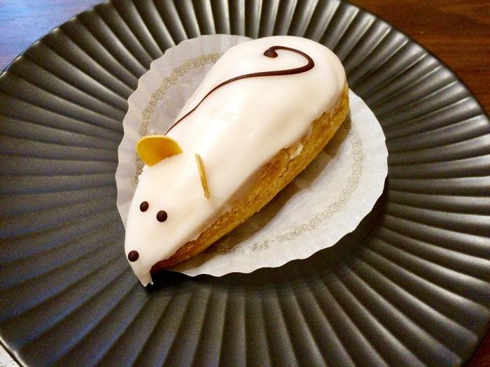 日本初のフランス菓子店と言われるルコントでは、白鳥やネズミを象ったシュークリームに注目! 『スーリール』というアイシングをまとった可愛らしいネズミが、今日一日歩いて疲れた体を優しく癒やしてくれそうです。