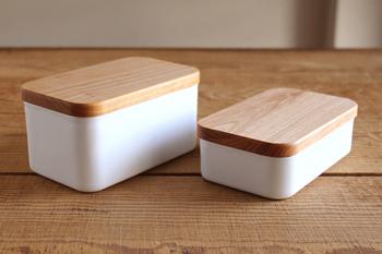 におい移りせず冷却性が高い琺瑯のバターケース。蓋は桜の木をくりぬいてできた無垢材のもの。