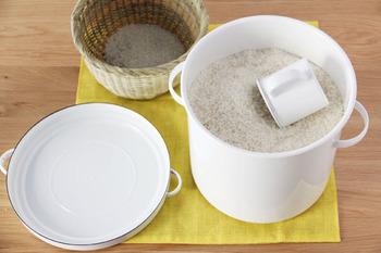 21cmサイズを選べばお米5kgを入れてもゆったり♪好きなもので揃えるキッチン、憧れますね。