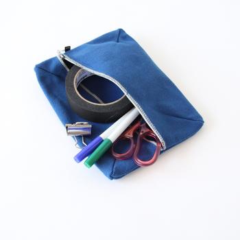 斜めについたファスナーのお陰で、中に入れたものが迷子になりにくく、取り出しやすいんです。細々とした道具を入れておくのにぴったりですね。