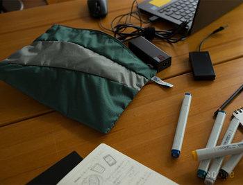 一回り小さいこちらはMサイズ。パソコン回りのアイテムたちをひとまとめにするのに丁度いいサイズです。その他にもちょっとボリュームのあるアイテムを、まとめてスッキリできそう。