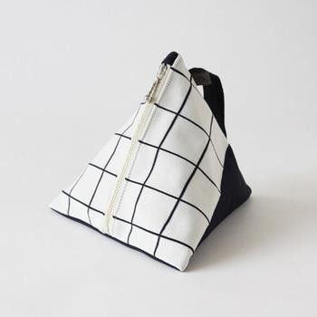 コロリとした三角形の形が可愛いらしいニット製のポーチ。深さがあるから、不定形のものもスッキリ納められます。