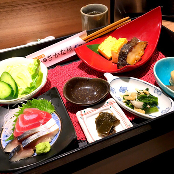 「彩華膳」は、2種のお刺身と焼き魚、サラダや小鉢がついた女性に人気のランチメニュー。 旬の海鮮を少しずつ、あれこれ味わいたい方におすすめです。