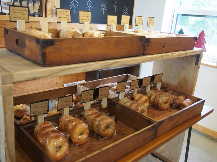 店内では、ベーグルをはじめとしたパンを販売しており、中でも道産クリームチーズを使用した「まめとクリームチーズのベーグル」や、旭川産小豆のあんこが入っている「ごまとあんこのベーグル」がおすすめ。花畑に行く時に、買って行くのもいいですね♪