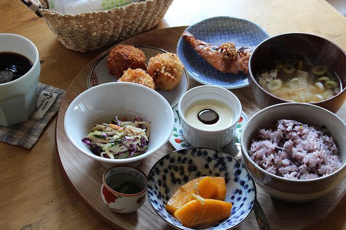 こちらはヘルシーだけどボリューム満天な「花ランチ」です。小鉢に入った、副菜や野菜・汁物などバランスの良い食事が頂けます。