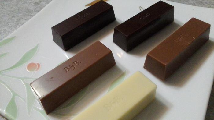 おすすめは、人気の5種類のフレーバーをアソートした「ザ・ピュア・ファイブ」。 見た目はシンプルなチョコレートバーですが、レモンの酸味とチェリーのフルーティーな風味を楽しめるダークチョコレートや、トロピカルな風味が溢れるパッションフルーツフレーバーのミルクチョコレートなど、個性的なフレーバーばかりです。