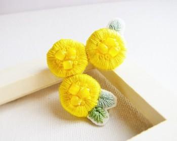 「ブローチ」なら日常的に、服やバック、帽子など、ファッションのワンポイントとして活躍してくれます。 こちらは、黄色の刺繍とビーズを組み合わせたミモザのブローチ。繊細で可憐な花の美しさに、心が潤いますね。