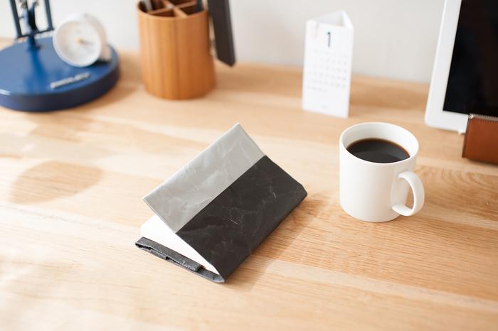 山梨県の和紙メーカー「大直(おおなお)」と、工業デザイナーである深澤直人氏が作り上げた「SIWA | 紙和」は、「紙」の日常品を提案するブランドです。
