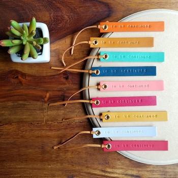 初心者でも簡単に作りやすいのが、縫い目がなくそのまま使える革のアイテムです。 なかでも、おすすめしたいのは「しおり」。好きな文字を選んで、専用のハンマーでコンコンとやさしく打刻すると…印刷や手書きとも異なる、味わいのある文字が浮かび上がりますよ。 こちらのように、カラフルな革で作ると、お母さんがほっと一息つく読書の時間も楽しくなりそうですね。