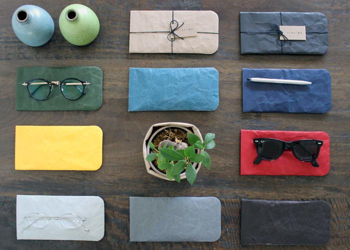 190mm×91mmの「眼鏡/小物ケース」。大切な眼鏡やサングラスをやわらかな和紙がしっかり守ってくれます。眼鏡以外にも、 メモリーカードを入れたり、ステーショナリーを入れたりしてもサイズがちょうど良く、使い勝手も抜群です。
