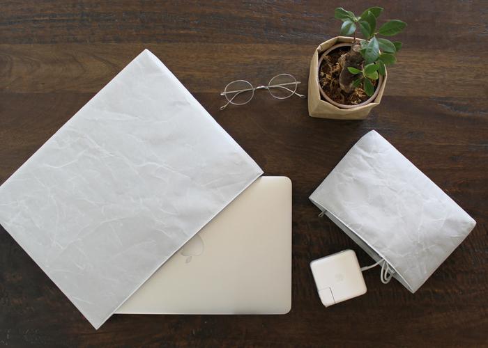同じくSIWAのPC / タブレットケース。ジッパー付きの収納ケースは、内側にやわらかいクッション材が入っているうえに、紙から作られているため軽量なので、電子機器などデリケートな製品を持ち運ぶのにとても便利。