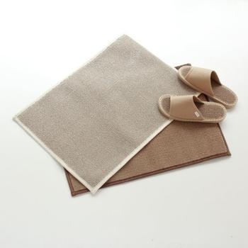 ささの持つ抗菌消臭効果と和紙が持っているUVカット機能や吸水力を最大限に生かし、ささ+和紙の自然素材「ささ和紙」を作り出している「SASAWASHI」。「ささ和紙」は、優れた吸収力や、抗菌防臭力などあり、バスマットに最適。ループ状の織りも心地良く、ささ和紙を細かいパイル状に立たせており、水分を素早く吸い取るだけでなく皮脂油分も取ってくれるため、足裏がさらさらに。