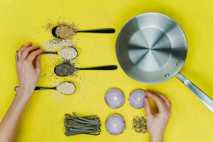 料理をするなかで切っても切れない縁で結ばれているのが調理器具の数々。その中でも一台はあるといっても過言ではないのがフライパンですよね。焼く・煮る・蒸すなど、いろいろな工程が可能なフライパンですが、そのフライパンの可能性をもっと活かして料理を楽しみたいものです。