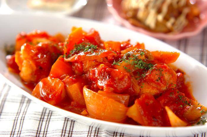 コラーゲンたっぷりの手羽元を使ったレシピです。缶詰の水煮トマトを使うことで時間も短縮されますね。