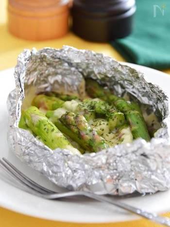 春野菜のアスパラを使ったレシピです。チーズと合わせてアルミホイルで包み、蒸し焼きにするだけ。とっても簡単に作れますね。