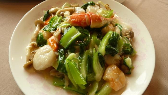 石原裕次郎さんが常連だったという中華料理店「海狼」は、江の島を眺めながら絶品中華を頂けます。「海の幸入りの焼きそば」は、カニや帆立が入り海の幸たっぷりです。