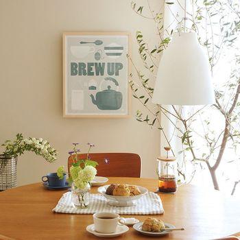 ポスターを飾る時は「薄くて軽いフレーム」を選ぶと小さな押しピン程度で掛けることができ、壁ヘのダメージを最小限に抑えられます。ダイニングに飾る時は、イスに座った時の目線の高さにフレームを合わせるとバランスよく飾れます。