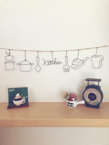 シンプルなアイアンのガーランドは、単体ではあまり主張しないので他の雑貨と合わせて飾ると、お互いを引き立たせます。カフェ風のインテリアによく合いそうです。