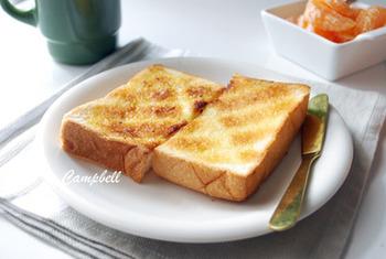 パン自体がとっても美味しいから、トーストするだけでも特別な美味しさに。そのまま味わってもよし、シンプルにバターを塗ってもよし。カリカリ食感と、中のふんわりやわらか食感に、パンの甘さがふわりと広がります。
