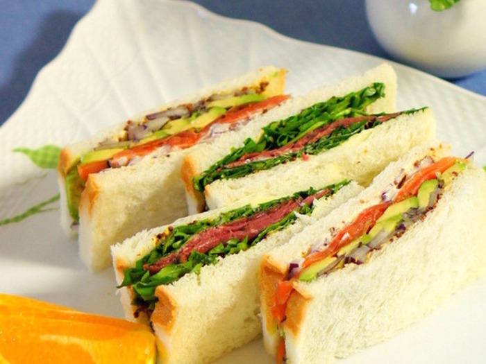 ふんわりパンを薄くスライスして、具材をたっぷりはさんだサンドイッチ。クレソンとローストビーフ、アボカドとスモークサーモンにレタスをはさんで。ふわふわ食パンに具材をたっぷりはさんだパンは、食べ応えもあり満足度◎です。