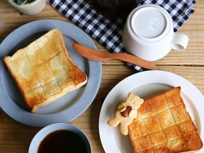 パンの中までバターが染みこんだバタートースト。切れ目を格子状に入れてから、バターをのせて焼くと、中までじんわりバターが染み込んでさらに美味しく仕上がりますよ。
