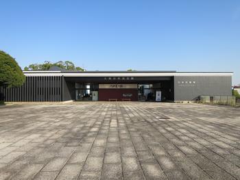 1970年に開催された日本万国博覧会のパビリオンとして建設され、1971年から「民藝運動」の西の拠点として開館しました。陶磁器、染織品、木漆工品、編組品など、大阪日本民芸館と日本民藝館(東京)の収蔵品を中心に、春季と秋季の年2回特別展を開催しています。
