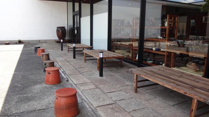 石敷の中庭は屋外展示場となっていて、全国各地の壺・甕・鉢がほどよく配置されています。