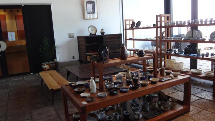 展示室の一つと考え、こだわりの厳選品を扱うミュージアムショップです。長く大切に使い続けられる良質の民藝品や、柳宗理デザインの製品、民藝関連書籍を販売しています。